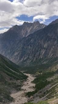 Vista hipnotizante de um rio ganga no vale do parque nacional de gangotri
