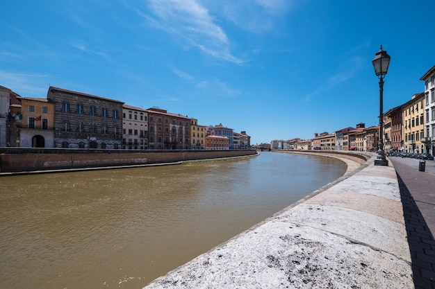 Vista histórica de pisa no rio arno