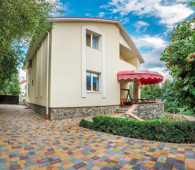 Vista horizontal de casa unifamiliar com pátio