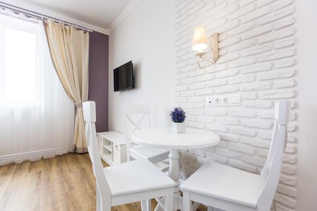 Vista horizontal de um apartamento organizado de forma inteligente e exclusiva