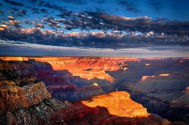 Vista horizontal do grand canyon ao nascer do sol em setembro