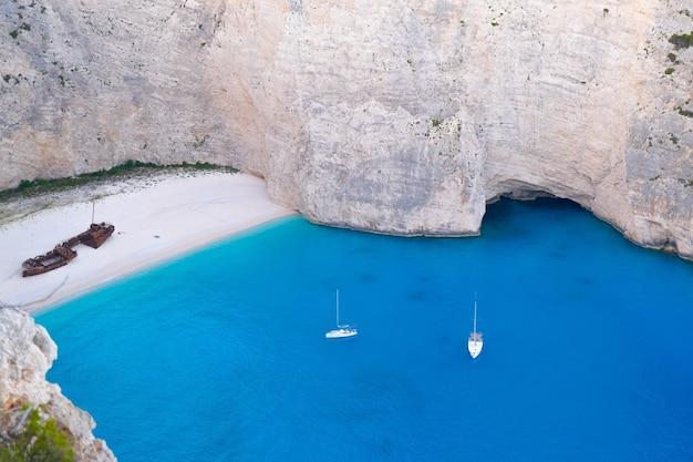Vista idílica da bela praia de navagio na ilha de zakynthos, na grécia