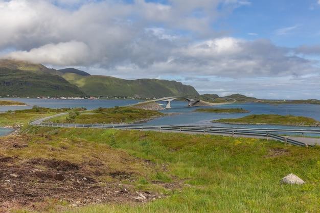 Vista impressionante do verão do fiorde na noruega. cena matinal colorida na noruega