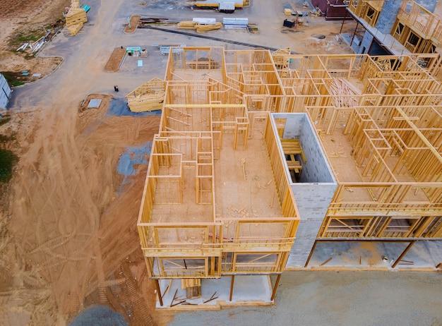 Vista inacabada de uma parede de construção residencial de casa de enquadramento