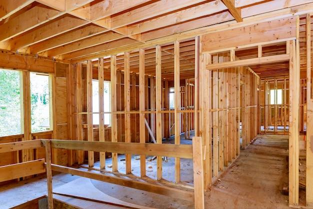 Vista inacabada do interior de uma parede de construção residencial de casa de enquadramento