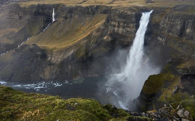 Vista incrível da cachoeira haifoss no outono