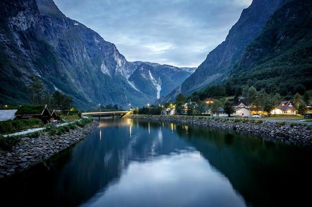 Vista incrível da natureza com fiorde e montanhas. bela reflexão. localização: montanhas escandinavas, noruega. imagem artística. mundo da beleza.