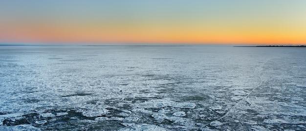Vista incrível da superfície congelada do mar durante o cruzamento no ferryboat.