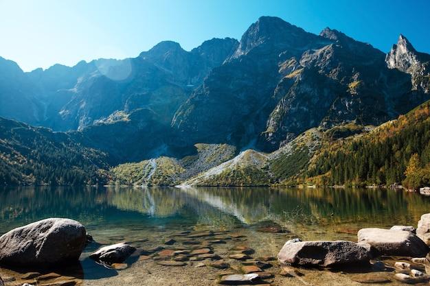 Vista incrível das águas cristalinas do lago morskie oko e das poderosas montanhas rochosas