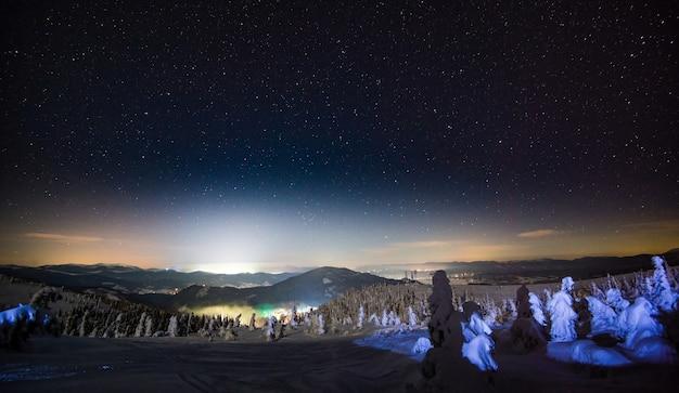 Vista incrível das belas pistas de esqui