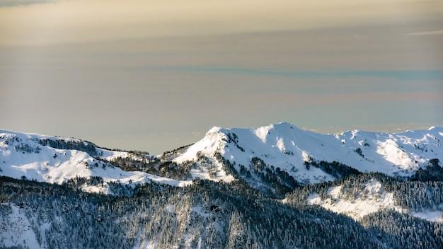 Vista incrível das montanhas do cáucaso cobertas pela neve na estação de esqui de krasnaya polyana, rússia