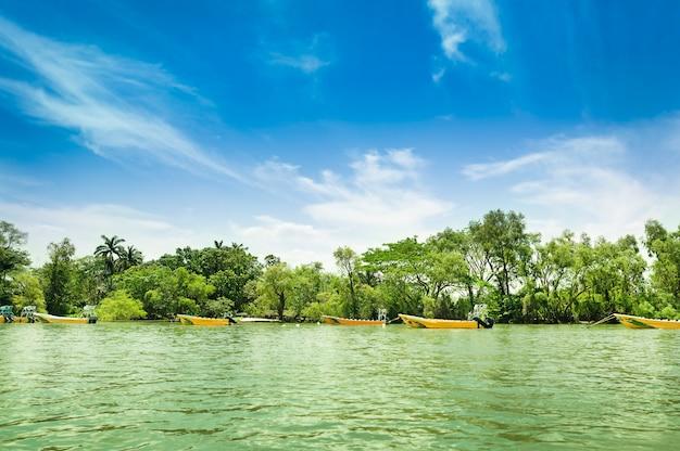 Vista incrível das paisagens do rio grijalva e barcos no desfiladeiro sumidero do estado de chiapas, no méxico, perto da cidade mexicana de tuxtla, céu azul claro. foto de alta qualidade