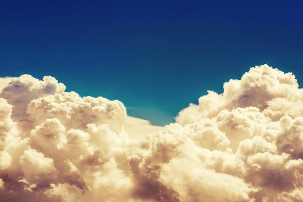 Vista incrível do avião no céu laranja, sol do pôr do sol e nuvens