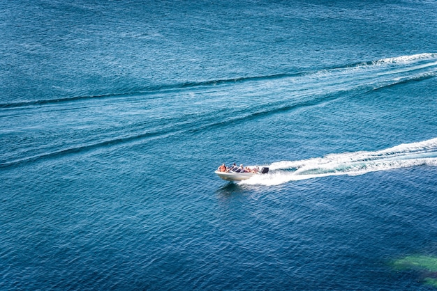 Vista incrível do iate e do paraíso de verão de águas azul-escuras claras