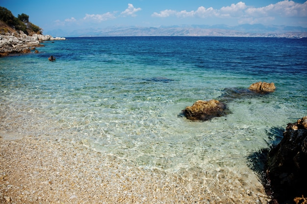 Vista incrível do mar azul, céu sem limites e montanhas