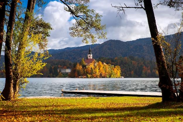 Vista incrível no outono do lago bled na eslovênia, europa