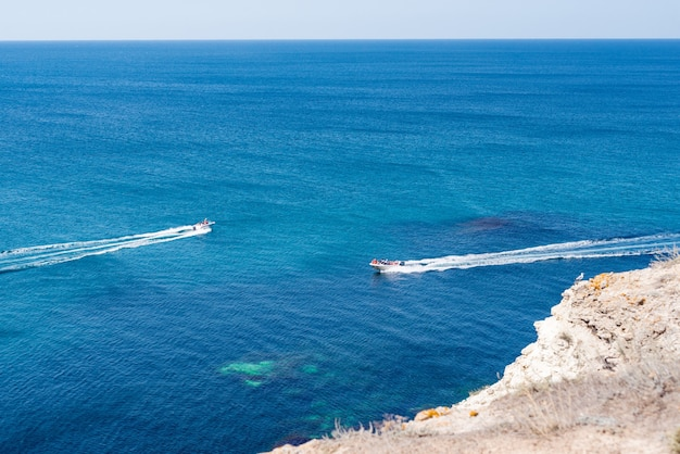 Vista incrível para dois iates ou barcos e paraíso de verão de águas azul-escuras claras