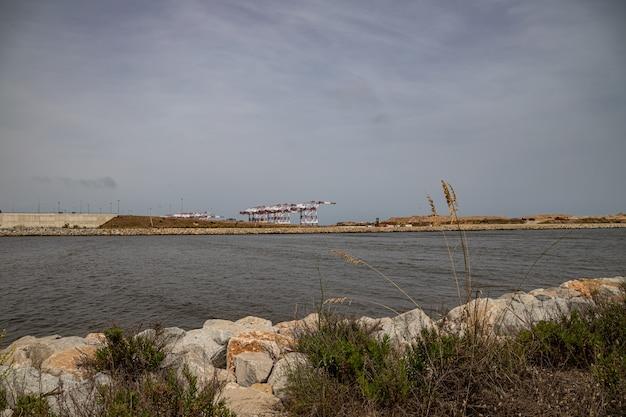 Vista industrial do mirador de la desembocadura, delta del llobreat, el prat, catalunha, espanha