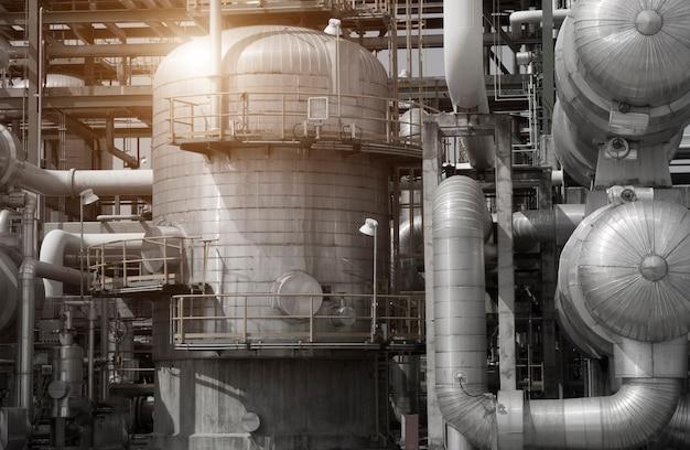 Vista industrial na zona de indústria de formulário de planta de refinaria de petróleo