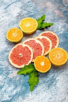 Vista inferior, corte laranjas e toranjas na superfície azul e branca