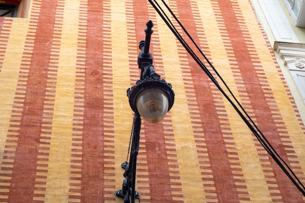 Vista inferior da lâmpada de rua velha no centro de málaga.