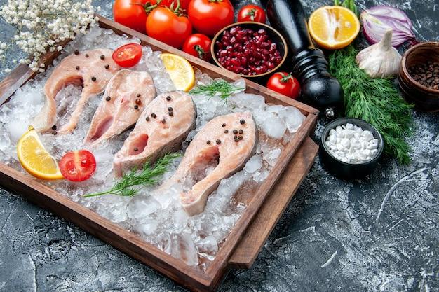 Vista inferior das fatias de peixe cru com gelo em tigelas de tabuleiro de madeira com sementes de romã e sal marinho preto