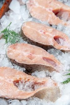 Vista inferior de fatias de peixe cru com gelo
