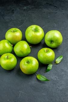 Vista inferior de maçãs frescas em superfície escura