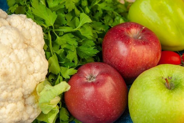 Vista inferior de perto frutas e vegetais salsa couve-flor, cereja, tomate, maçãs