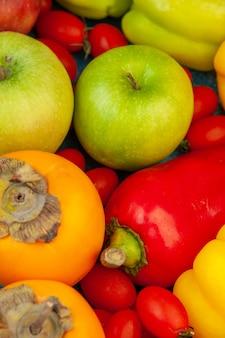 Vista inferior de perto frutas e vegetais tomates cereja caquis maçãs