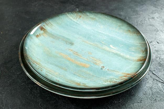 Vista inferior de pratos redondos na mesa preta