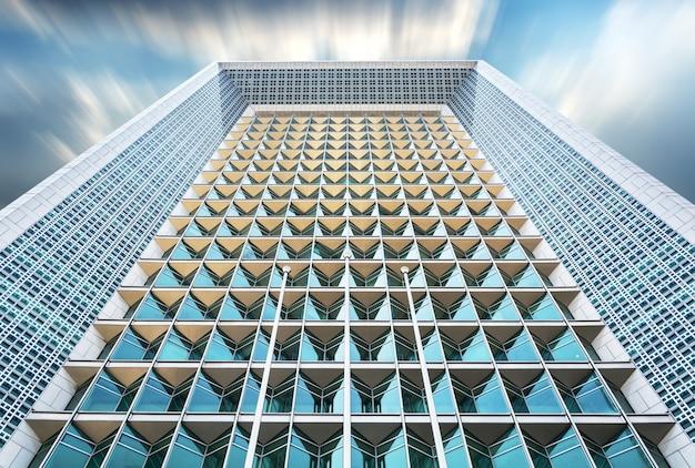Vista inferior do arranha-céus moderno