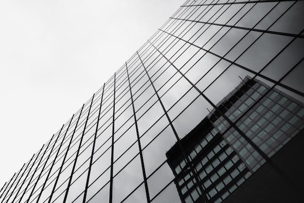 Vista inferior do edifício de vidro com reflexão