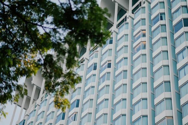 Vista inferior do moderno prédio de apartamentos