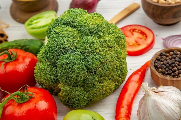 Vista inferior do ramo de alho de brócolis e tomate na mesa cinza