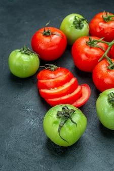 Vista inferior do ramo de tomate picado tomate verde