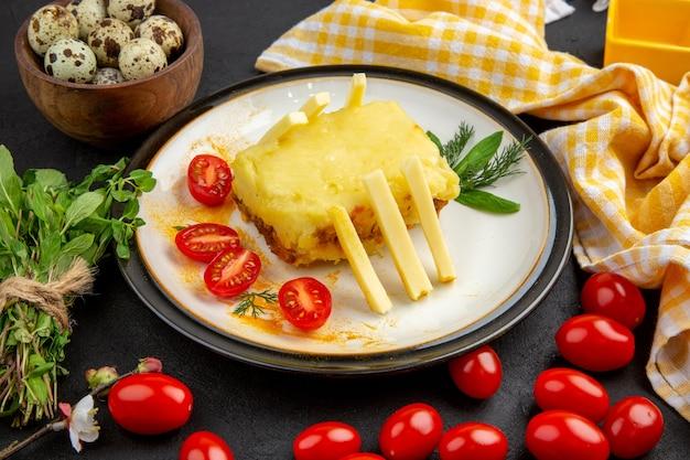 Vista inferior do sanduíche de queijo no prato, toalha de cozinha quadriculada amarela e branca, cereja cacho de hortelã em fundo escuro