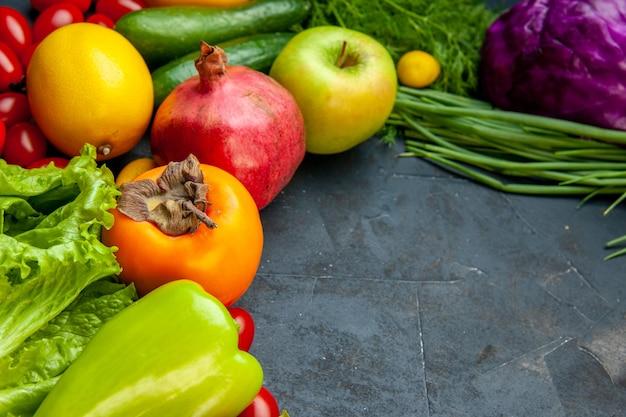 Vista inferior legumes e frutas tomates cereja repolho roxo alface verde endro romã caqui maçã limão com espaço de cópia