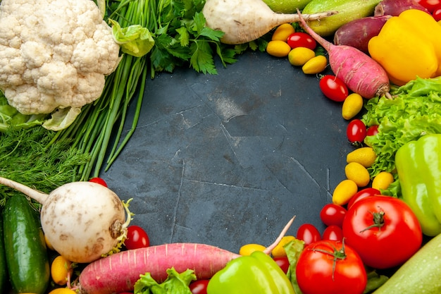 Vista inferior legumes frescos tomates cereja cumcuat couve-flor rabanete cebola verde salsa pepinos pimentões pimentões espaço livre