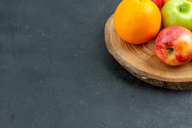 Vista inferior, maçãs, limão, laranjas, em, madeira, superfície, escuro, cópia, espaço