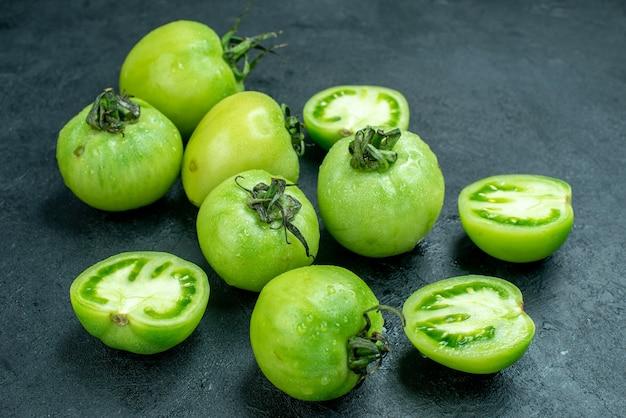 Vista inferior tomate picado tomate verde fresco na mesa escura
