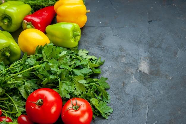 Vista inferior, vegetais, cores diferentes, pimentão, limão, salsa, tomate, em, superfície escura, com, espaço cópia