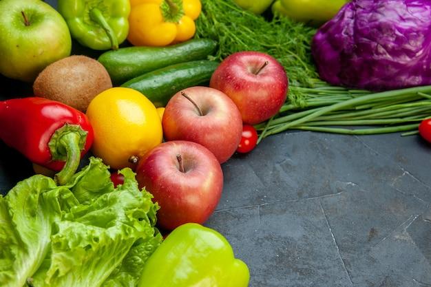 Vista inferior vegetais e frutas tomate cereja maçãs cebola verde alface pimentão pepinos kiwi limão com cópia local