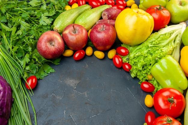 Vista inferior vegetais e frutas tomates cereja maçãs cumcuat cebola verde alface salsa pimentões com cópia local