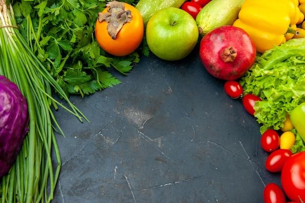 Vista inferior vegetais e frutas tomates cereja repolho roxo cebola verde salsa alface abobrinha pimentão amarelo romã caqui maçã com espaço de cópia