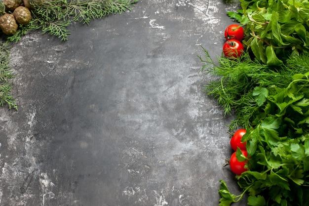 Vista inferior, verdes e tomates no espaço de cópia de fundo escuro
