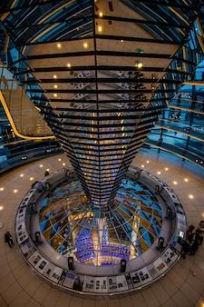 Vista interior da cúpula no topo do parlamento alemão em berlim, alemanha.