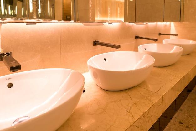 Vista interior, de, luxuoso, banheiro, em, centro comercial, hotel