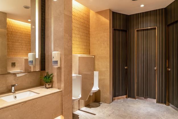 Vista interior do banheiro moderno no shopping do hotel