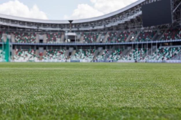 Vista interior do campo de grama verde e assentos vazios